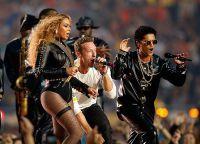 Compania a reprezentat cantaretul Chris Martin și Bruno Mars